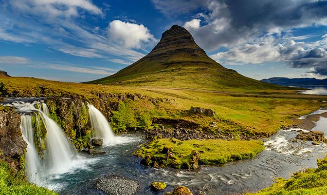 Ijslands landschap met watervallen en prairie