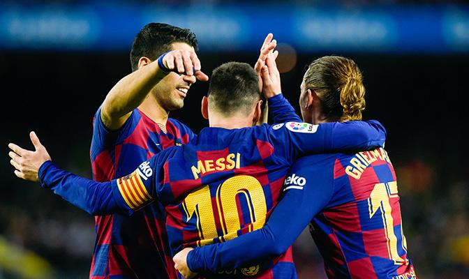 Voetbalspelers van FC Barcelona die elkaar omhelzen op het veld