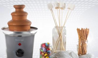 Chocoladefontein met kom marshmallows en koekjes