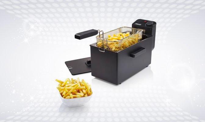 Zwarte friteuse met bord friet