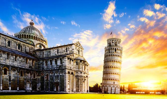 Toren van Pisa met zonsondergang