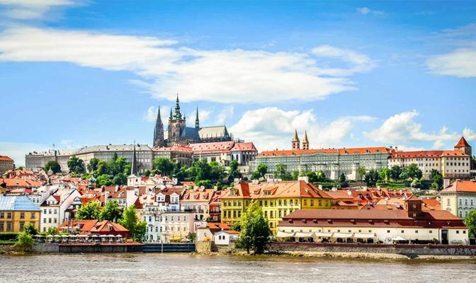 Zonnig Praag met rivier op de achtergrond