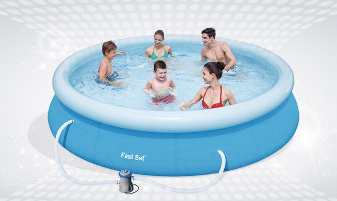 5 personen in een blauw, zelfdragend zwembad met opblaasbaar kussen