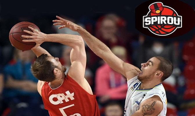 2 basketbalspelers met een bal in het Spirou Charleroi